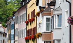 Die farbenfrohen Häuserfassaden von Bruneck