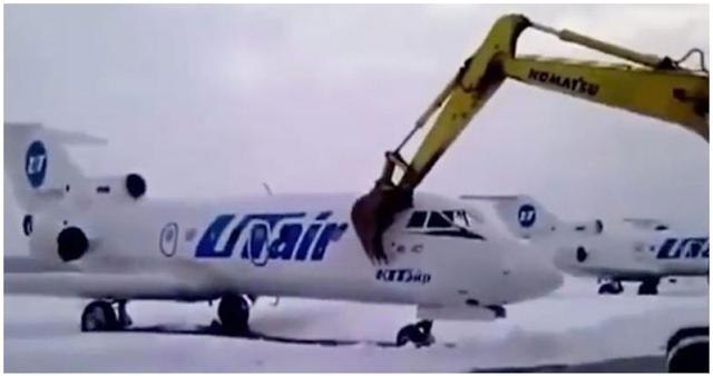 Τον απέλυσαν και έκανε γυαλιά-καρφιά με μπουλντόζα ένα… αεροπλάνο! (Βίντεο)