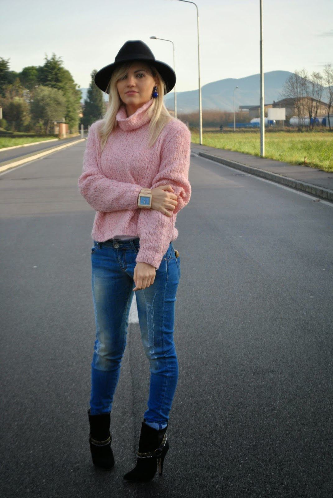 outfit maglione a collo alto outfit cappello fedora come abbinare il cappello fedora how to wear fedora hat maglione a collo alto come abbinare il maglione a collo alto abbinamenti maglione a collo alto how to wear turtleneck sweater stivali buffalo buffalo boots jeans e tacchi outfit jeans e tacchi outfit tacchi e jeans jeans and heels maglione a collo alto rosa cappello fedora nero orologio in legno gufo italy outfit dicembre 2014 outfit invernali outfit invernali casual winter outfits december outfits mariafelicia magno fashion blogger colorblock by felym fashion blogger italiane fashion blog italiani blog di moda blogger italiane bionde ragazze bionde blonde girls blonde girls italian fashion bloggers italy  orecchini jewels couture