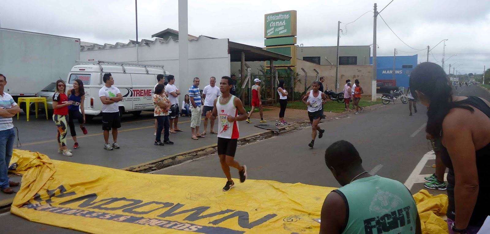 Foto 85 da 1ª Corrida Av. dos Coqueiros em Barretos-SP 14/04/2013 – Atletas cruzando a linha de chegada