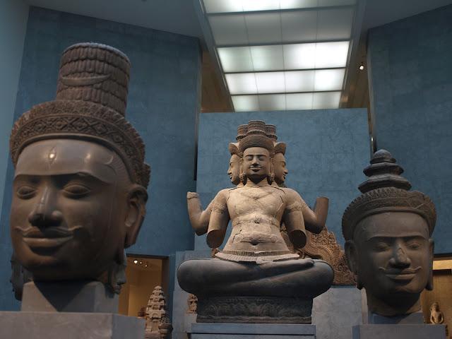 Bustos y escultura de Shiva en el Museo Guimet de París