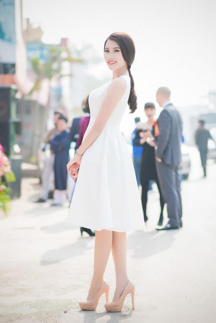 Có mặt tại event chiều qua còn có Thanh Tú, top 5 Hoa hậu Việt Nam 2014. Cô chọn bộ đầm trắng nhẹ nhàng, thanh thoát để tôn lên làn da mịn màng.