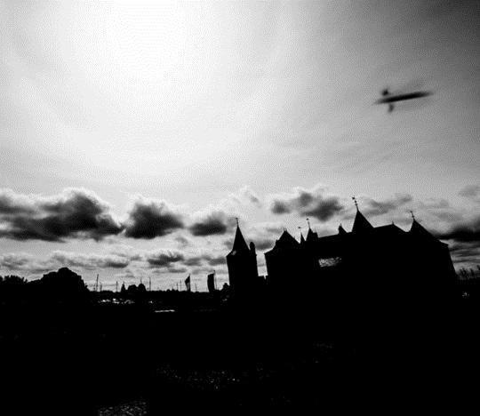 UFO sitting,Medieval Castle,UFO Netherlands
