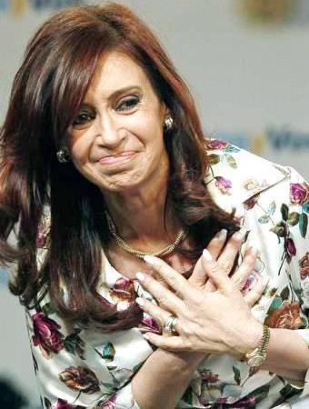 Cristina Fernández de Kirchner con las manos en el corazón