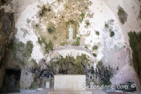 aslında bir mağara olan St Pİerre kilisesi içi, Hatay