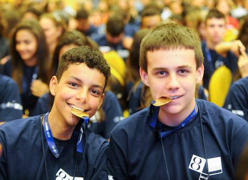 Garotos orgulhosos e suas medalhas na cerimônia de premiação da 8a Olimpíada de Matemática das Escolas Públicas