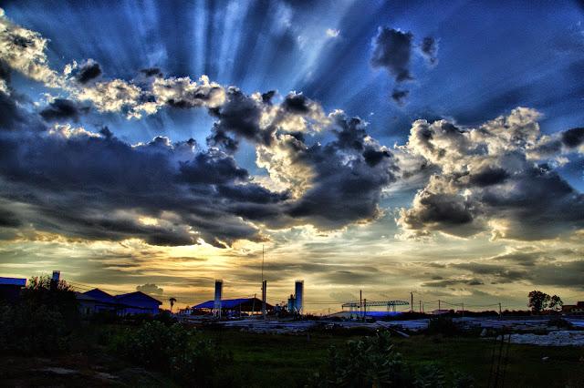 Clichés pris entre 17 et 18 heures aux alentours de Phnom Penh alors que la ville se drape de ce voile bleu assez unique qui flirte avec les éclats gris jaune du soleil couchant. Photos par KiamProd Photography, avec l'aimable autorisation de CGF.