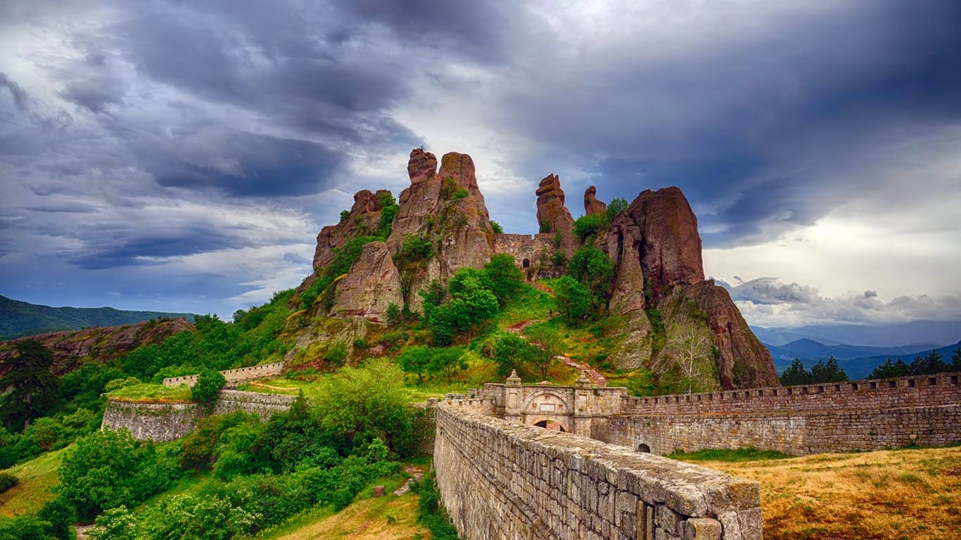 Belogradchik Fortress and the Belogradchik rocks, Bulgaria (© 2bears/Shutterstock) 250
