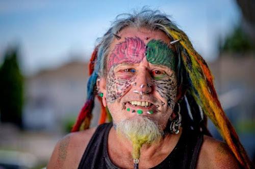 Homem arranca suas orelhas para ficar parecido com um papagaio