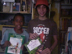 João Pedro e Renan, leitores da Biblioteca Infanto-juvenil Grandes Escritores e Cultura Nacional
