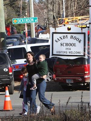 madre con sus dos hijos en escuela sandy hook
