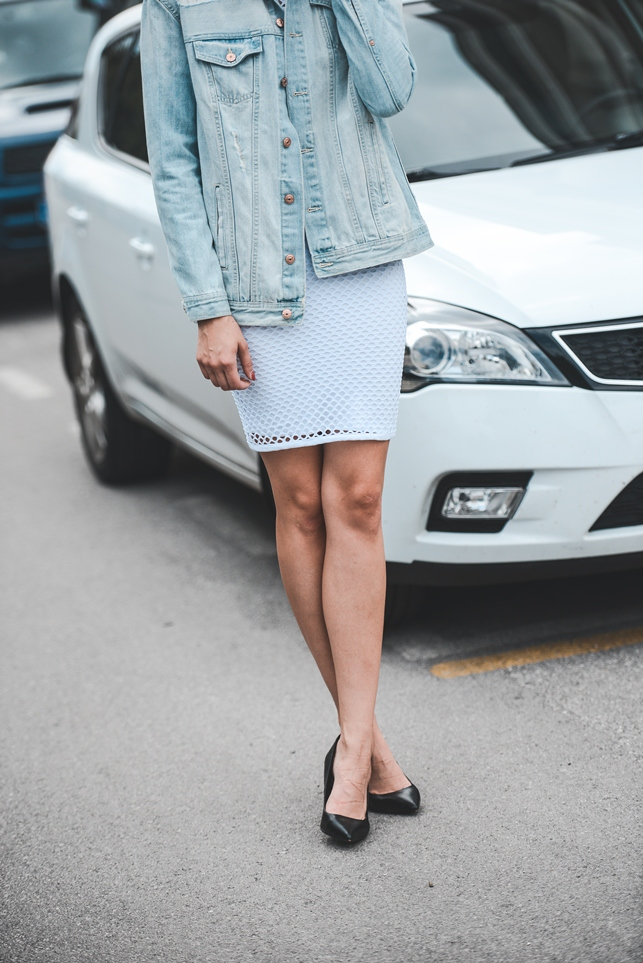 white mesh dress, hm oversized ripped light denim jacket, blogger outfit