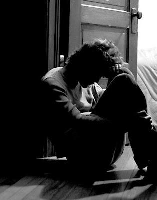 ما هى اسباب الاكتئاب ...وما هى طرق علاجه - رجل مكتئب حزين مهموم - man depressed - depression
