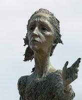 Escultura a la Madre del Emigrante en Gijón