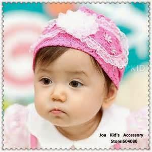 gambar bayi perempuan dan aksesoris rambut putih