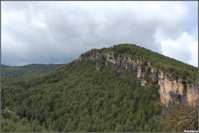 Vista de la Peña Del Reloj (Alto De Peñajosa) desde la zona a la derecha del Río Escabas