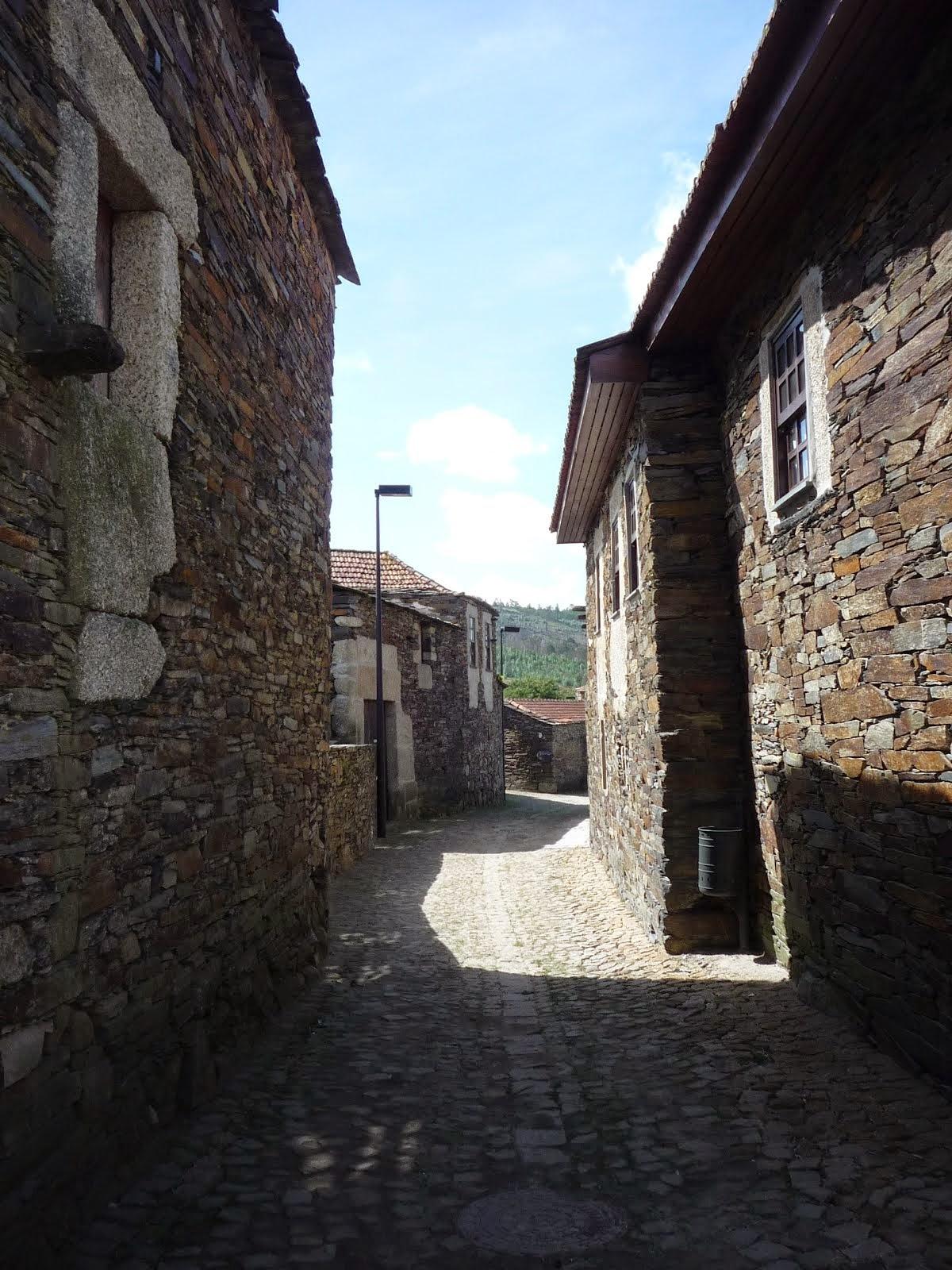 Rua na aldeia de Quintandona