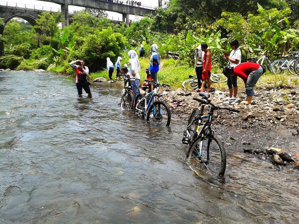 Bersantai dipinggiran sungai Babarsari
