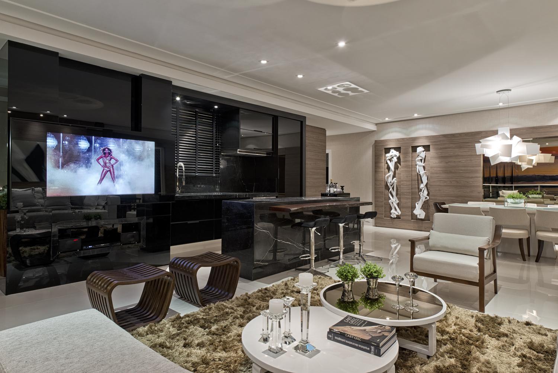 sala integrada ao living possui cores neutras: bege branco e  #3E628D 1500 1001
