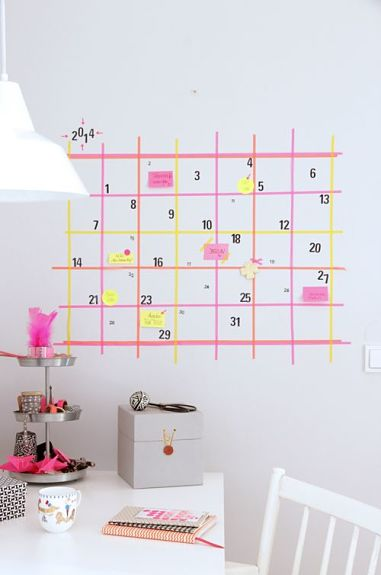Pared decorada con washi tape simulando un calendario