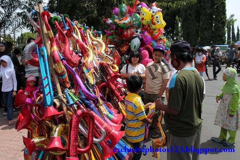 The New Year Trumpets Seller, foto penjual terompet tahun baru