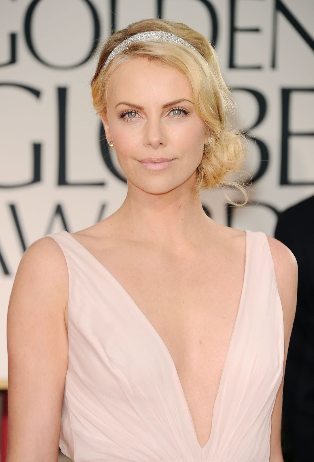 http://1.bp.blogspot.com/-rhQ9RE3tEs8/T00J7YCiJ2I/AAAAAAAAAt8/2mimyfAL3Og/s1600/Charlize-Theron---69th-Annual-Golden-Globe-Awards-in-Beverly-Hills2-01162012002205000000.jpg