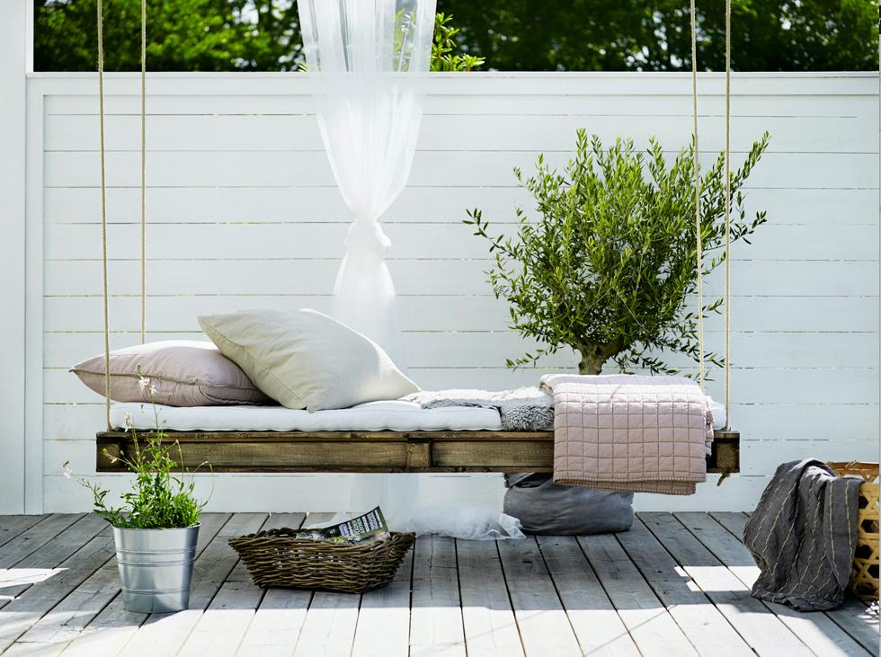 Atelier rue verte le blog diy un lit palette suspendre parfait pour les siestes de l 39 t - Idee lounge outs heeft eet ...