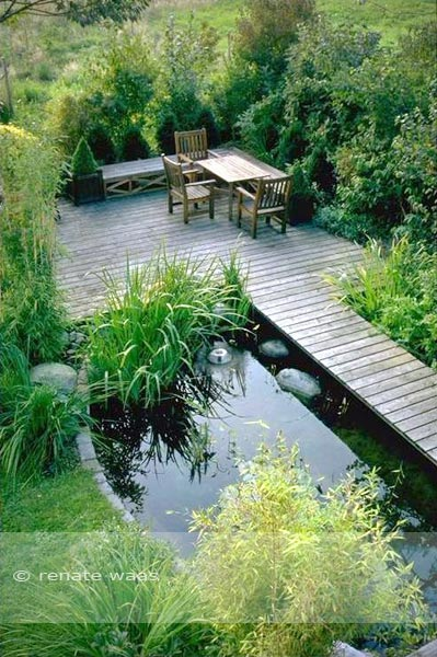 Ein gemütlicher Sitzplatz am Teich. Das Holzdeck ist mit einem Steg direkt von der Terrasse aus erreichbar.