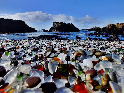 شاطىء الزجاج Glass-Beach-Looking-
