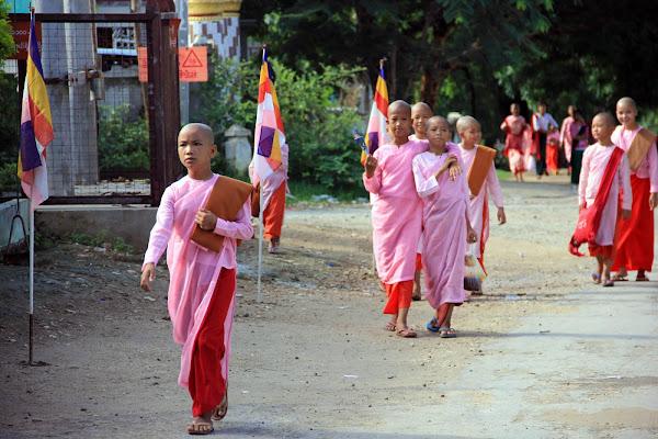Monjes birmanos en Sagaing