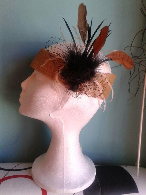 tocados baratos, tocados para bodas, tocados económicos, bandas para el pelo, bandas doradas, bandas marrones, plumas negras, tul negro, plumas marrones