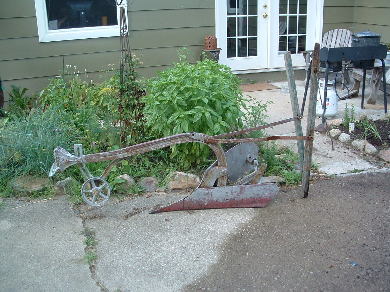 Horse Drawn Turning Plow http://ohiomicrofarm.blogspot.com/2011/08/farm-primitives.html