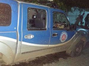 Vidros de viatura foram quebrados com os disparos (Foto: Antônio Carlos/Site: Filadélfia em Notícias)