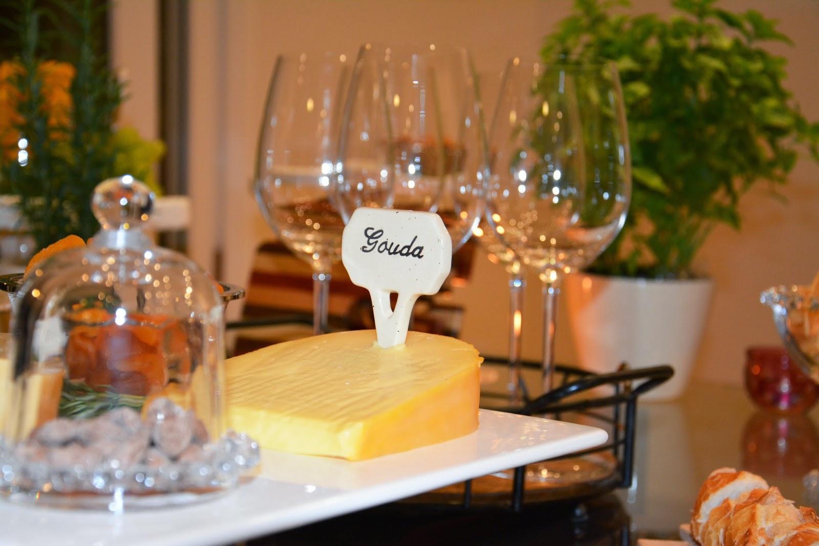 decoracao de festa queijos e vinhos: de recepção. Como sobremesa, montei uma mesa de bolo e brigadeiros