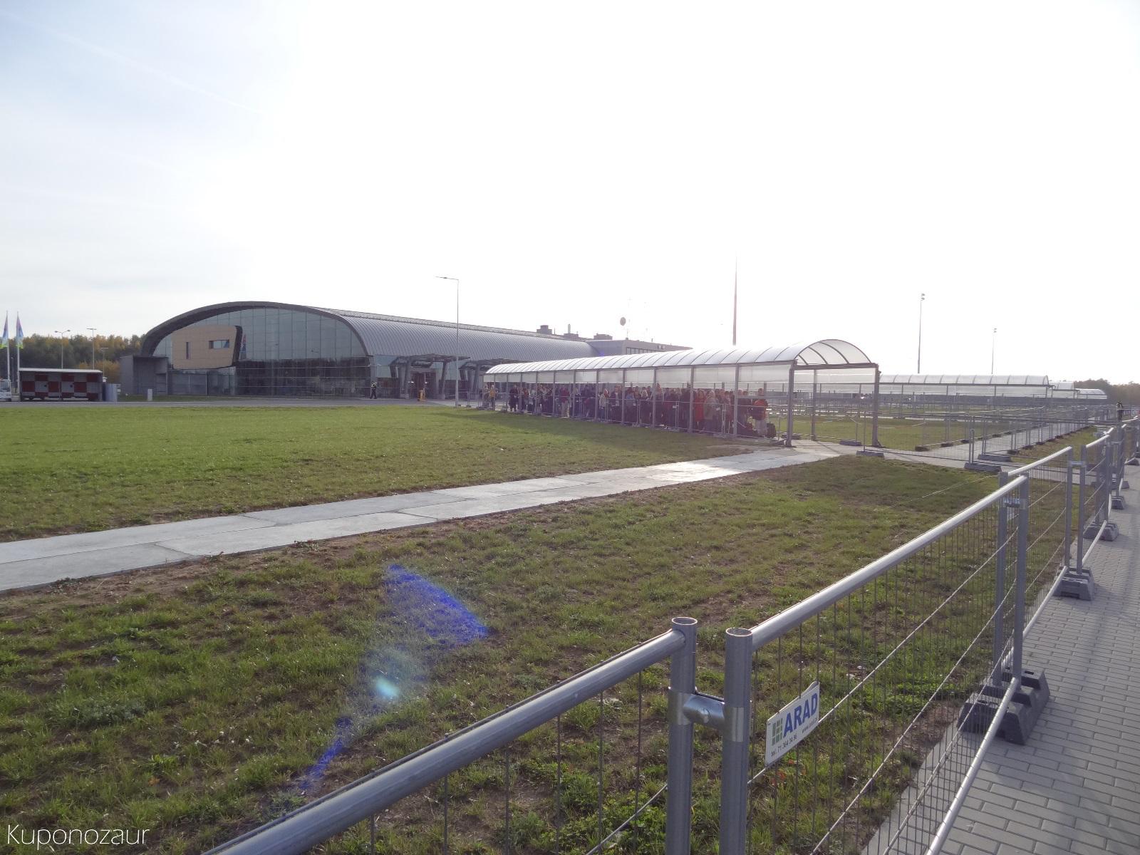 Lotnisko Warszawa Modlin oczekiwanie na samolot pod daszkiem