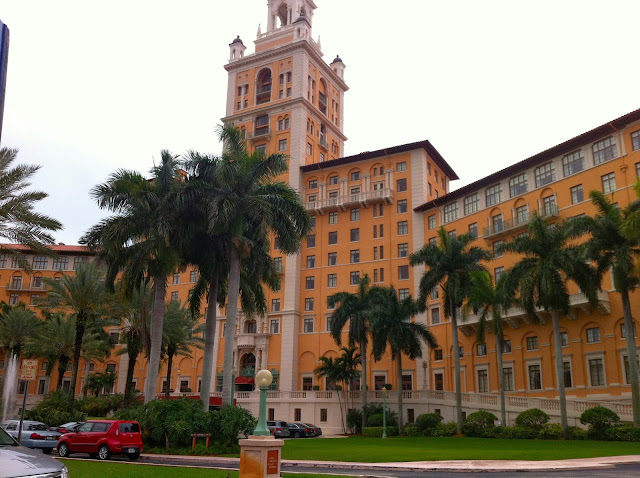 Fachada do histórico Biltmore Hotel, resort de luxo no estilo mediterrâneo