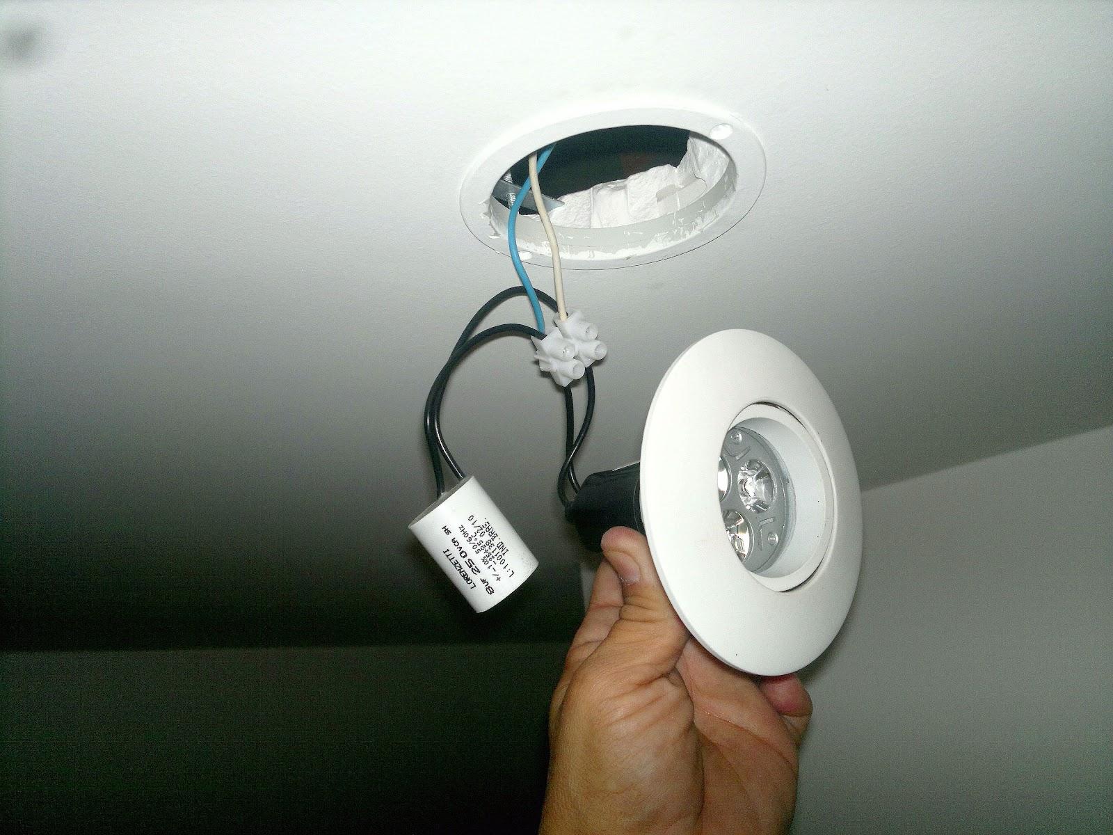 de um teto de gesso composta por 23 lâmpadas incandescentes de  #694629 1600 1200