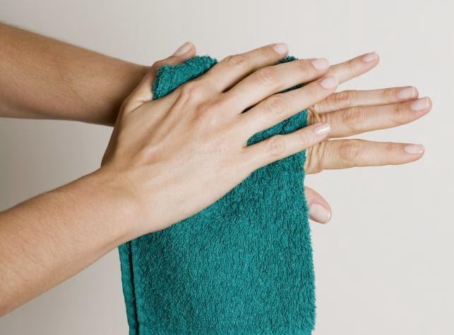 nacieranie ciała ręcznikiem
