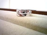 オーダーマリッジリング(結婚指輪)の柄が二人のリングで繋がる。