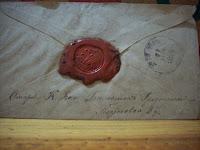 Detalle sello familiar en un sobre antiguo