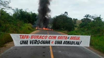 Manifestação fecha dois sentidos da BA-026, entre as cidades de Santo Antônio de Jesus e Amargosa