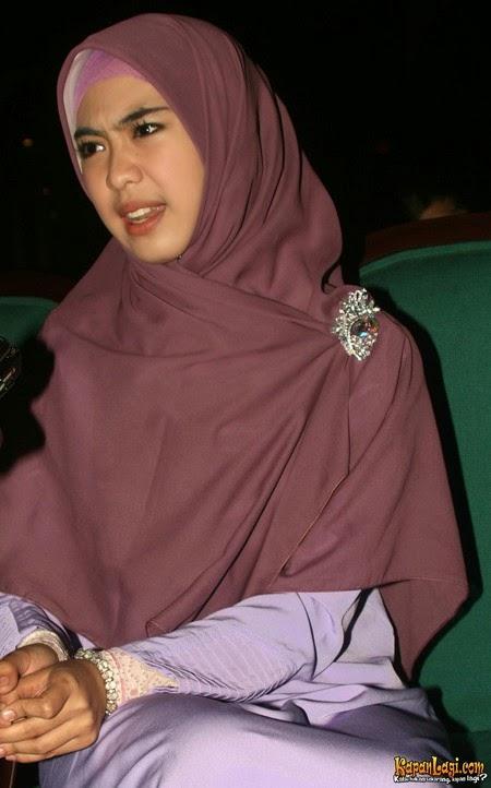 foto hot sexy oki setiana dewi dalam balutan hijab cantik