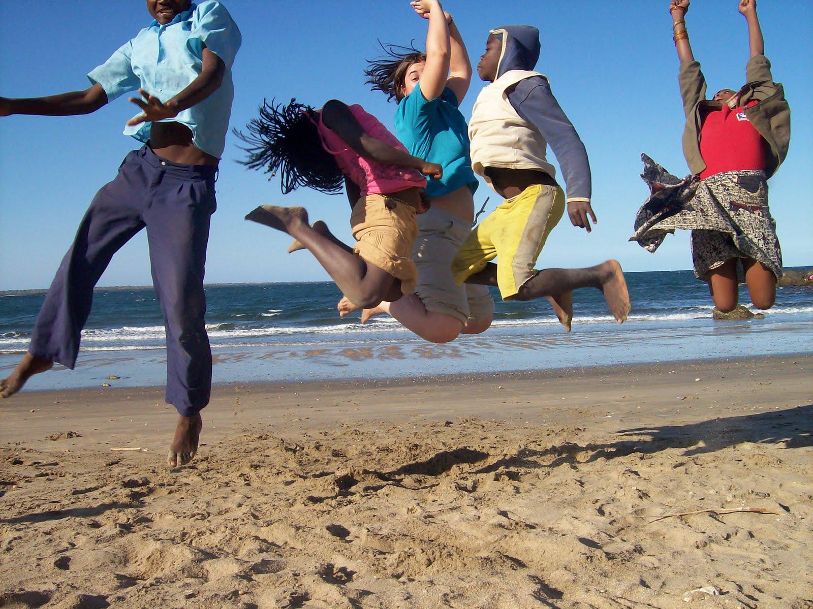 Adolescentes jugando en la playa
