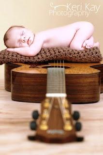 Gambar bayi tidur pulas di atas gitar