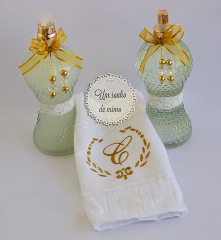 Kit personalizado com sabonete líquido, toalha bordada e aromatizador de ambiente