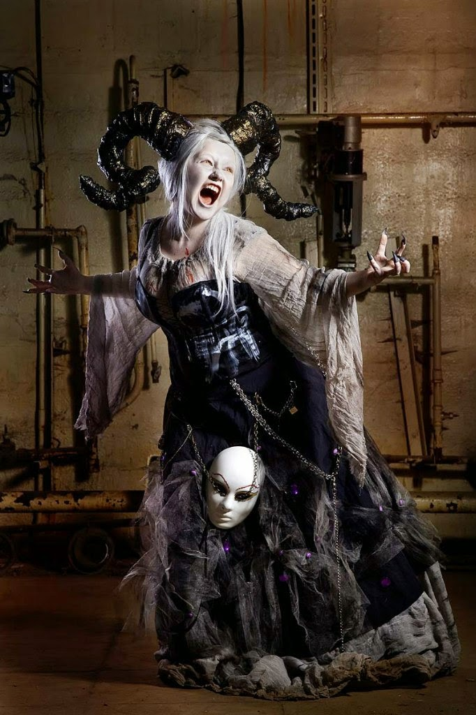 photo de cosplay féminin de démon à cornes inspiré de warhammer 40KI