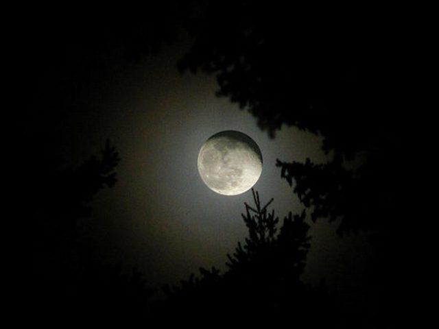 القمر ... كما لم ترآه من قبل .. رااائع  Stunning-photos-of-moon-01