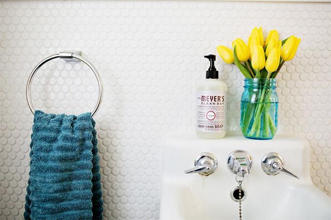 decoracao banheiro flores: para o banheiro: amarelo e muitas flores – Casinha Arrumada