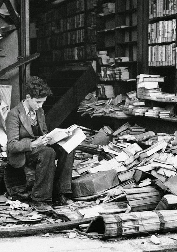La lectura. 1940, Londres tras bombardeo