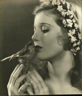 Loretta Young, bellísima con diadema medieval